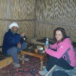 El padre de Hassan y su familia, un nomada sedentarizado compartiendo su vida y costumbres.