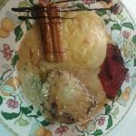Solomillo relleno de foie con salsa de hongos, puré de patata, pimientos y puerros