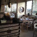 sala śniadaniowa w stylu żeglarskim