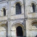 la facade de l'église romane