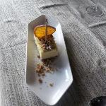 cioccolato bianco bruciato con mousse all'arancia e stroezel di nocciole