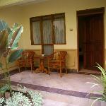 kleine Terrasse vorm Zimmer, Blick auf Pool