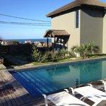 Vista desde la piscina al bungalow