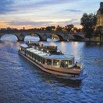 Le Bateau Paris en Scène de Nuit