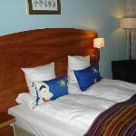 Das Bett in unserem Zimmer mit Elementen des Tivoliparks