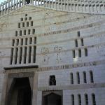 la Basilica dell'Annunciazione proprio davanti la struttura