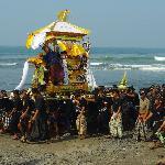 Verbrennungszeremonie am Strand von Yeh Gangga
