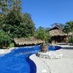 Der schön angelegte Pool lädt zum Relaxen ein