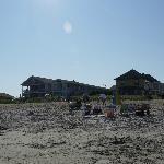 vue de la plage vers le motel, le soleil couchant