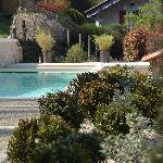 la piscine de l'hôtel restaurant les jardins de brantôme