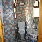 sauber, aber winziges Badezimmer