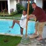 Ralf wirft seine Gast IMMER! persönlich in den Pool...