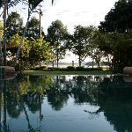 Blick vom Pool auf den See