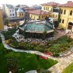 cou-jardin de l'hôtel depuis une des terrasses communes