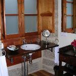Baño con ventana exterior. Buen secador.