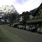 Vorderansicht vom Parkplatz gegenüber Hotel