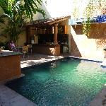 Die Bar am Pool, in der auch das Frühstück serviert wird.