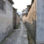 long lanes and 'similar' architecture create a maze