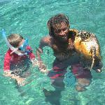 Nevis faisant profiter les enfants de sa découverte