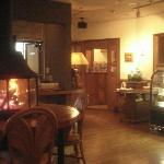レストランの入口付近です。左が暖炉、右手前にはデザートがあります。奥はとても広く、ログ(杉)ハウスなので落ち着いて食事が出来ます。