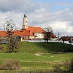Blick auf Kloster Reutberg, rechts das Gasthaus