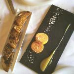 La foie casera and pan integral con pasas.