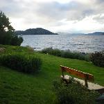 el patio trasero del hotel junto al lago