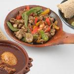 Leckere, authentische afrikanische Gerichte werden am Tisch liebevoll erklärt.
