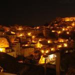 Vista su Ragusa Ibla di notte.