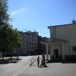 Auf der linken Seite liegt der Eingangsbereich des Hotel Stroomi