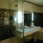 la salle de bain avec douche et une baignoire à remous, le petit plus la télé incrusté dans le m