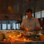 Le cuisinier en pleine préparation du plateau