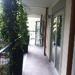 La porte fenêtre donnant sur le balcon commun issue de secours