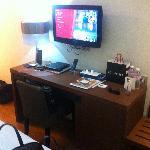 Coin bureau tv juste au pied du lit....ds 6m2!!!!!
