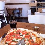 Pizza de albahaca y tomates