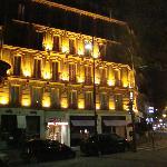 vista nocturna de la fachada del hotel