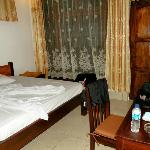 Anda Beach Resort: Schlafraum, Gross aber dunkel