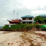 Anda Beach Resort: Haupthaus mit Seavew & Restaurantschiff