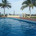 Estando en la piscina puedes disfrutar la vista del Mar.