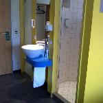 Sanitäranlage - Waschbecken in der Mitte - links WC - rechts Dusche