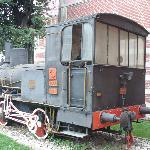 Una vecchia locomotiva all'ingresso della stazione