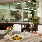 Mirror Lounge&Restaurant _ cucina a vista