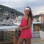 en la terraza con las favelas de fondo..