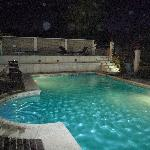 La pileta climatizada del hotel de noche - Hotel's heated swimming pool @ night
