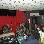 Durante una serata con gruppi rock live