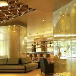 Vista del lobby hacia el bar, un juego de reflejos, luces y sombras, es muy mágico.