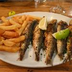 5 fat sardines with very crisp chips