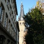 St. Lambertus von der Schlössergasse aus gesehen - an deren Eingang (am Burgplatz) das Monument