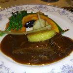 牛ほほ肉の赤ワインやわらか煮とフォアグラソテー