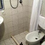 als Duschabgrenzung dienen aufgeklebte Holzlatten